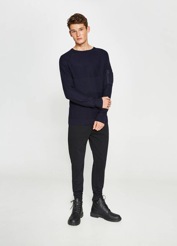 Pullover with raglan sleeves and pocket