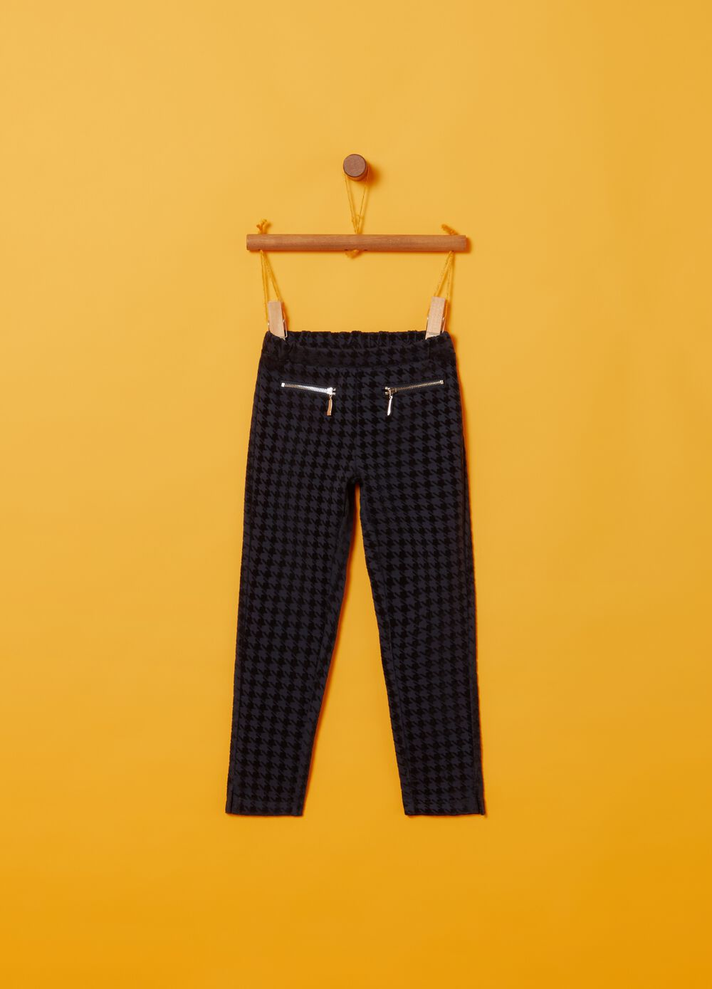 Trousers with zip and hounds' tooth pattern