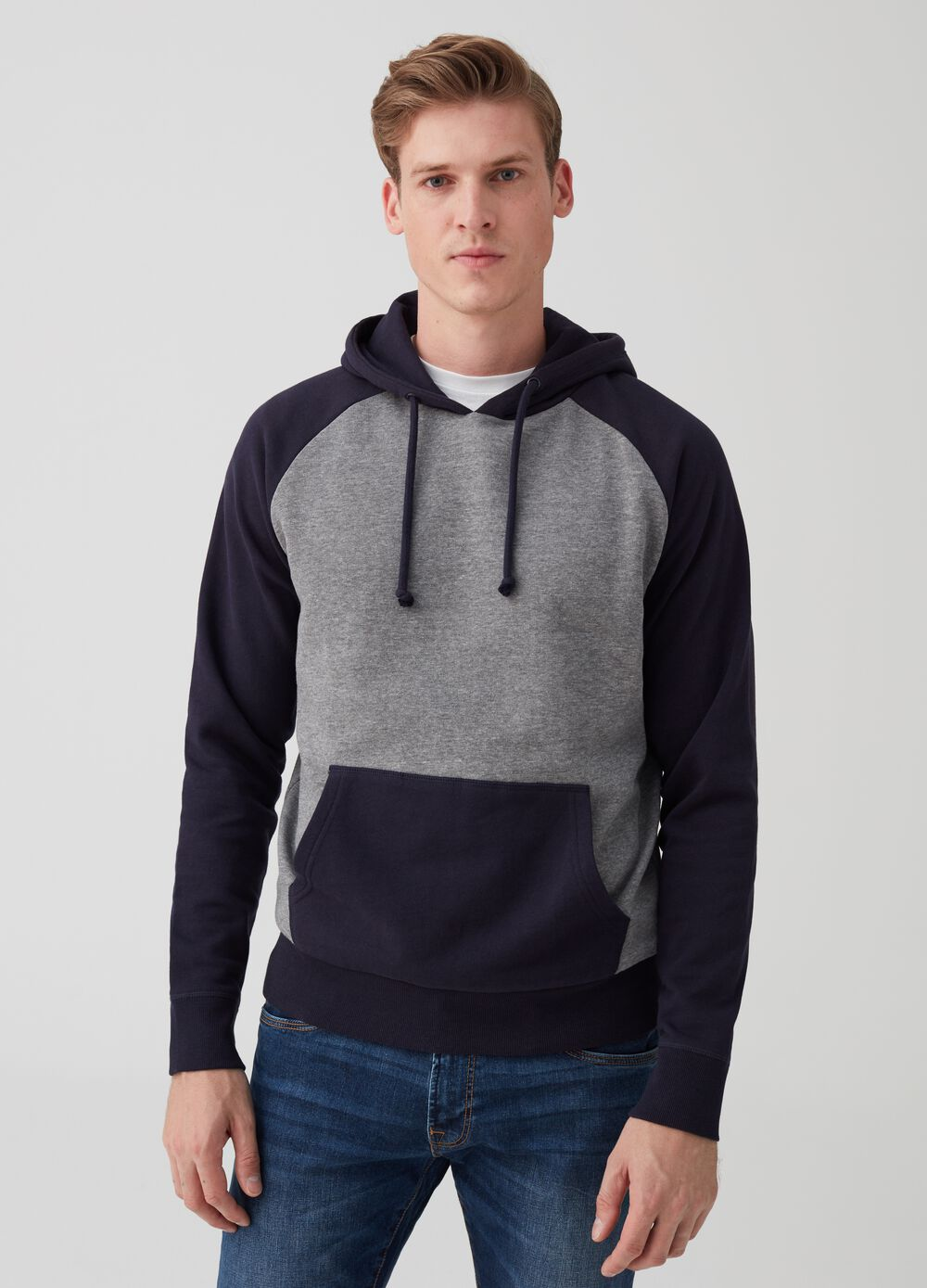 Sweatshirt with hood and pouch pocket