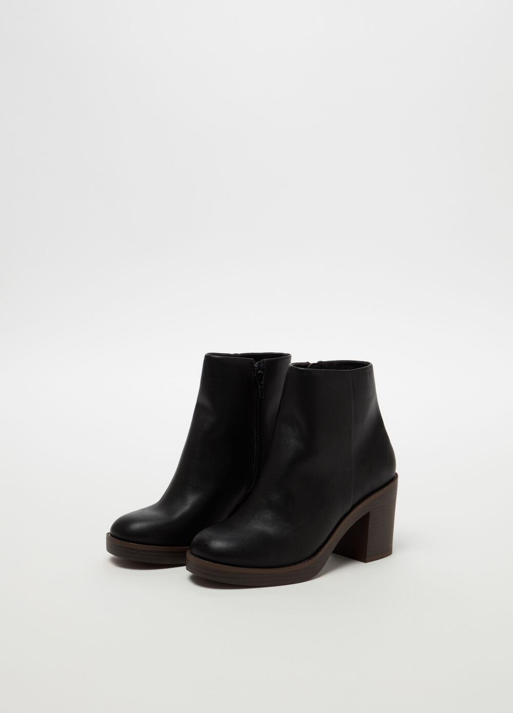 Ankle boots with chunky heel and round toe