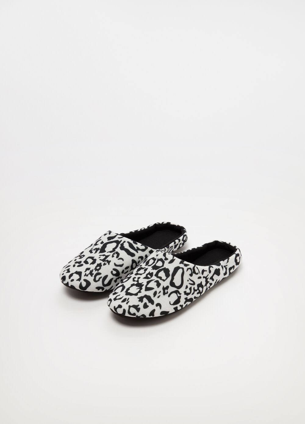 Slippers with animal print pattern and flat heel