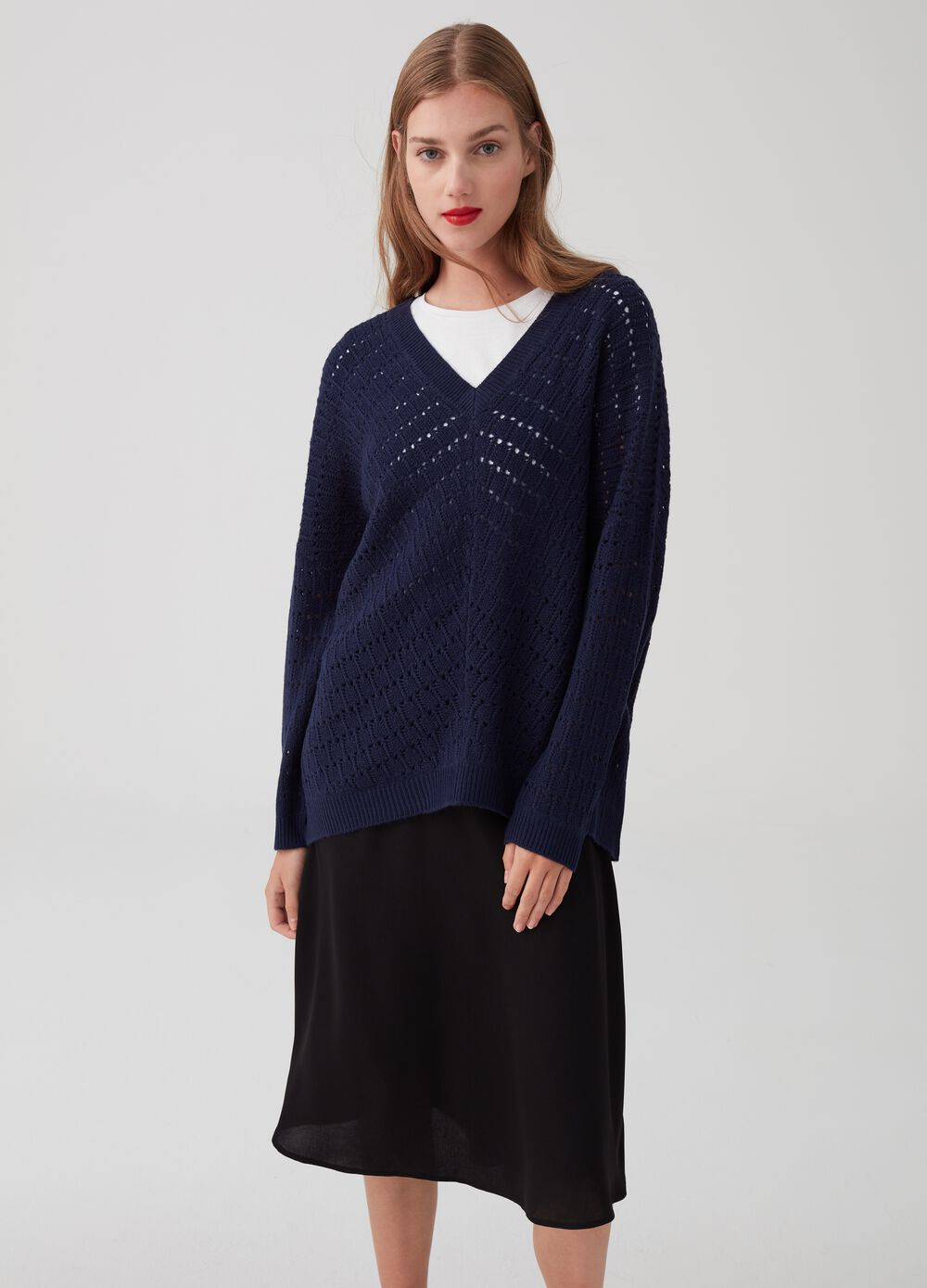 V-neck over-fit pullover with knit design