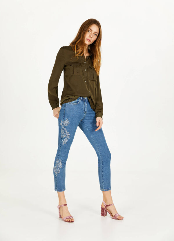 Sinny-fit, cropped jeans with flowers embroidery.