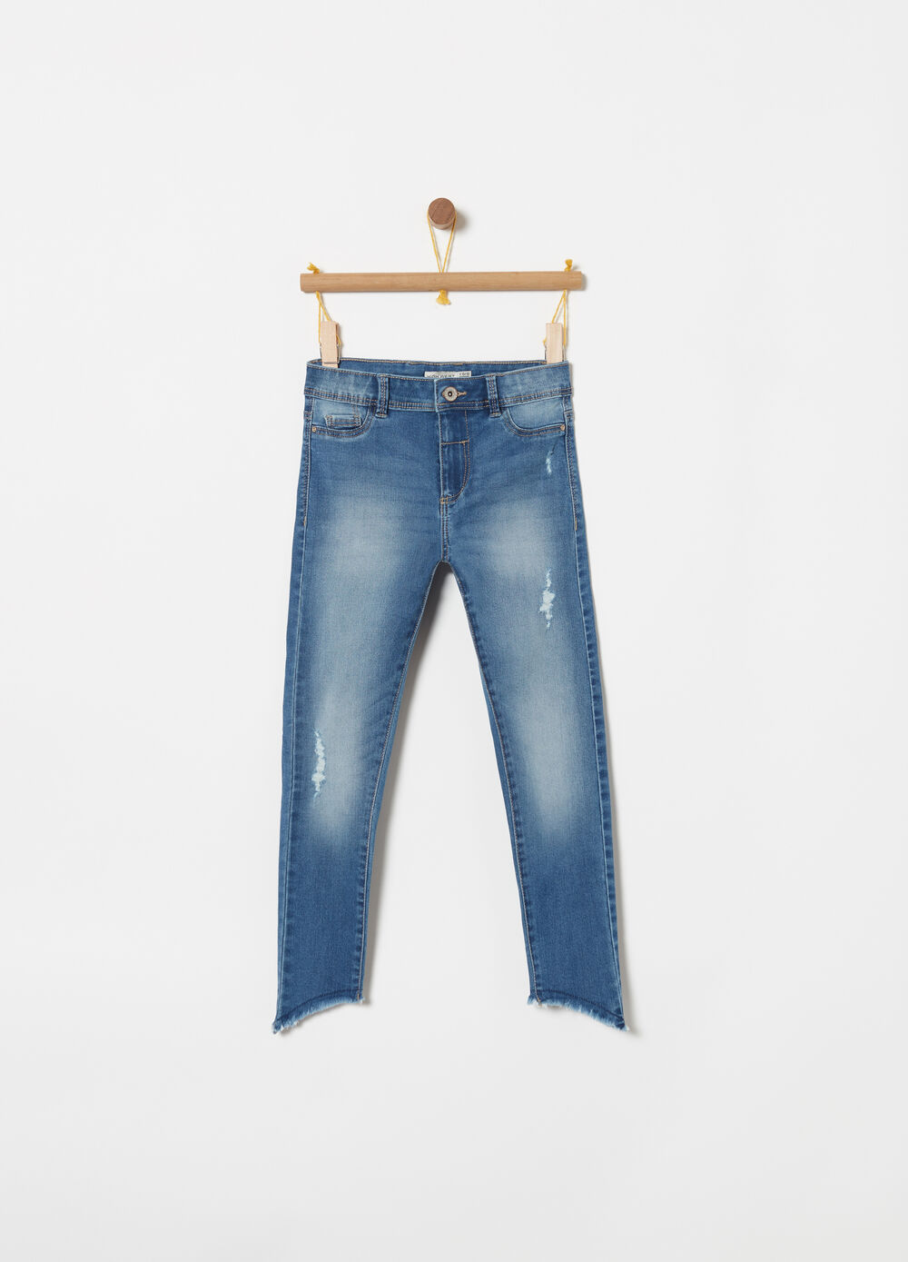 High-waisted jeans with oblique cut and fringing