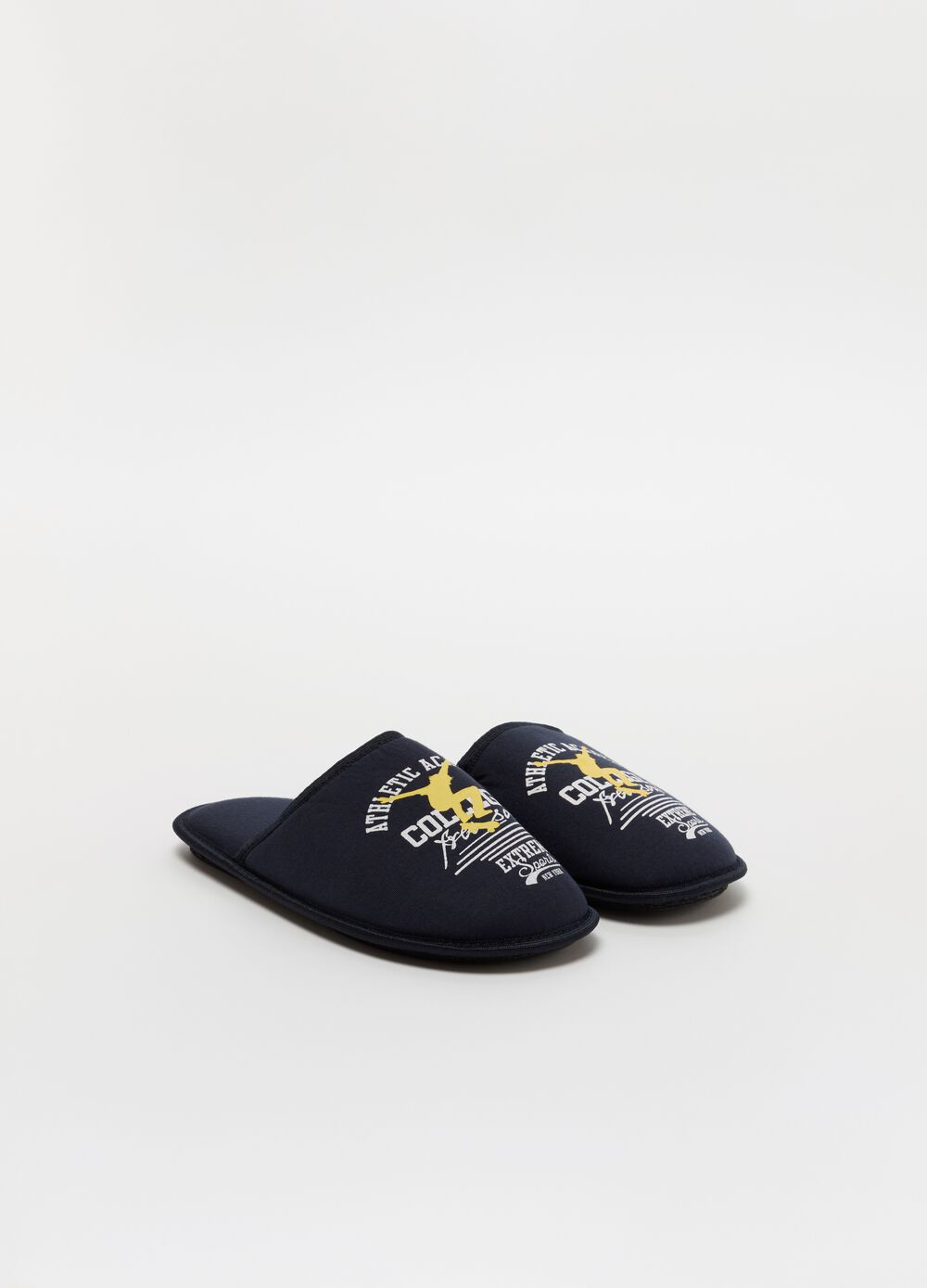 Slippers with lettering and skater print