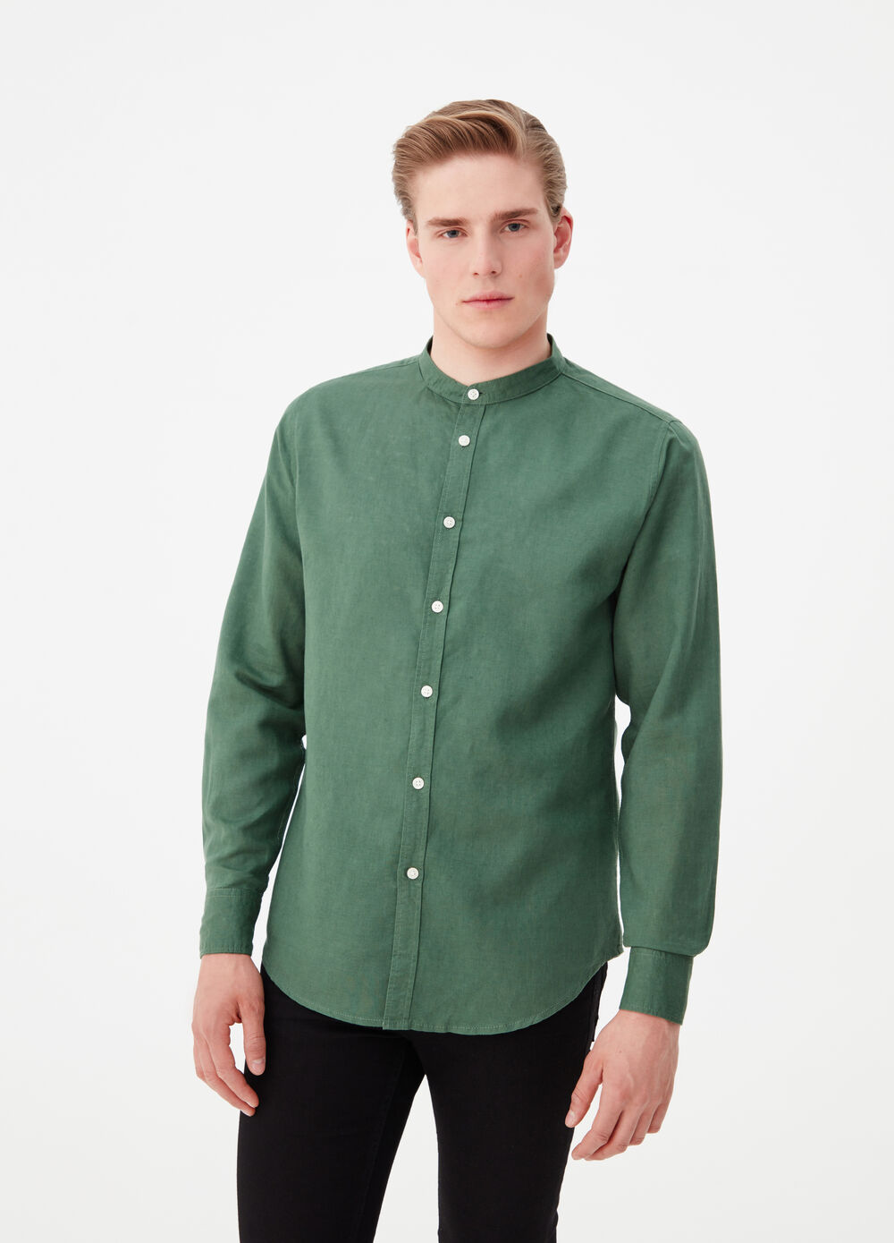 Linen and cotton shirt with mandarin collar.