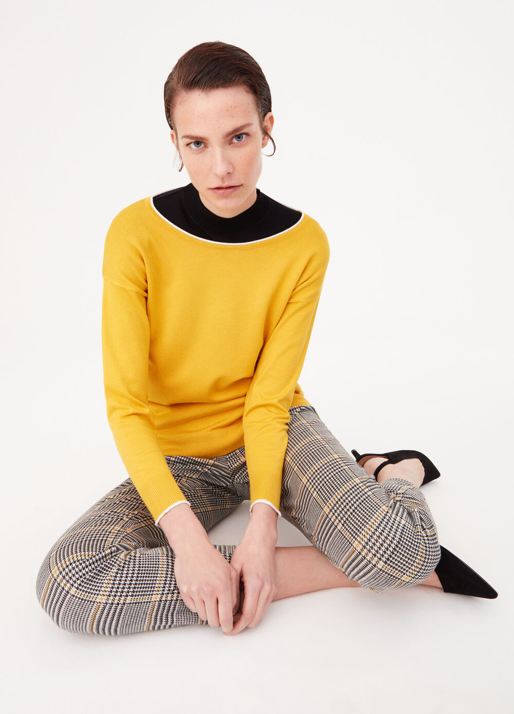 Pullover with contrasting trim