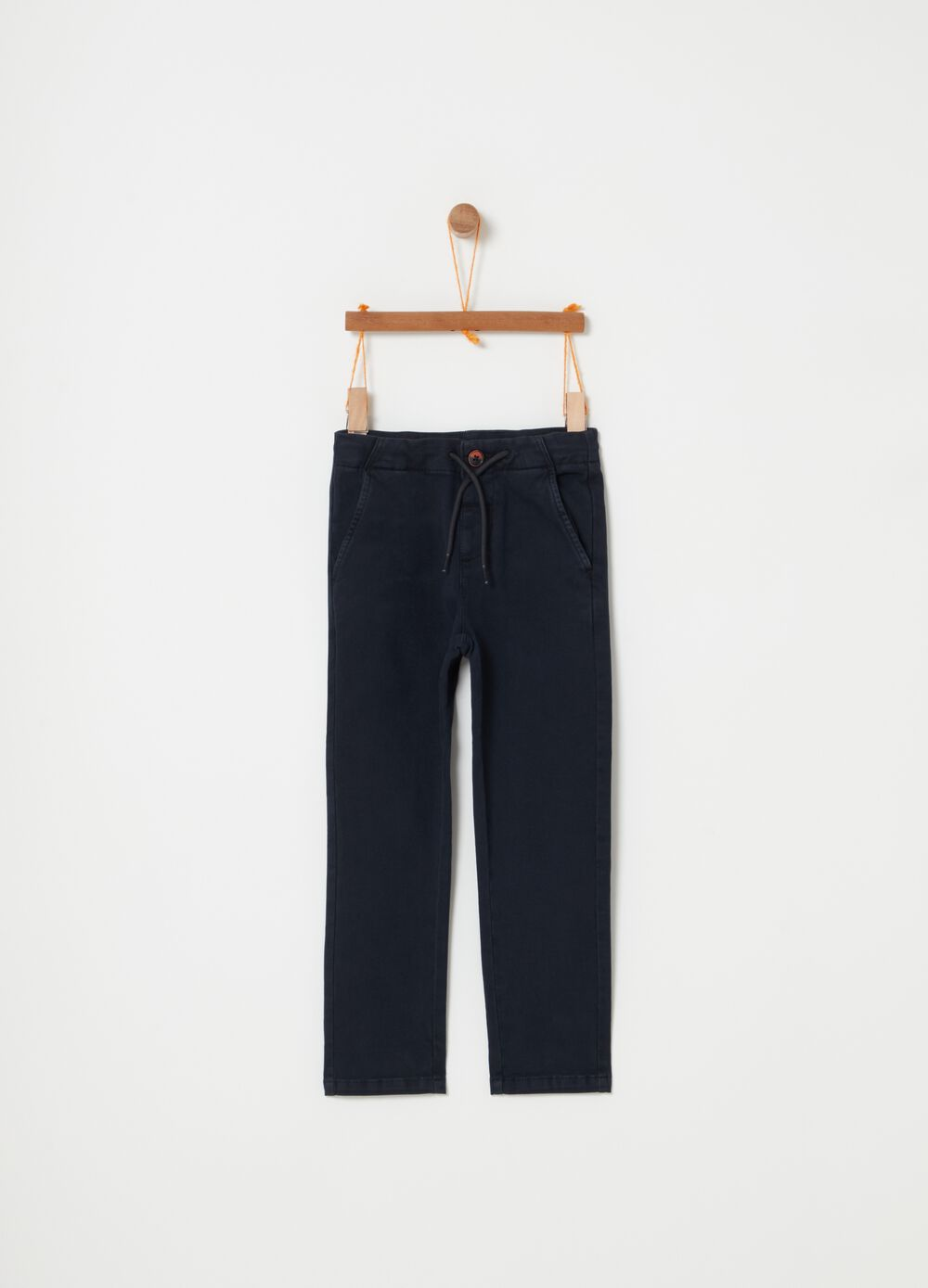 Chino trousers with drawstring and pockets