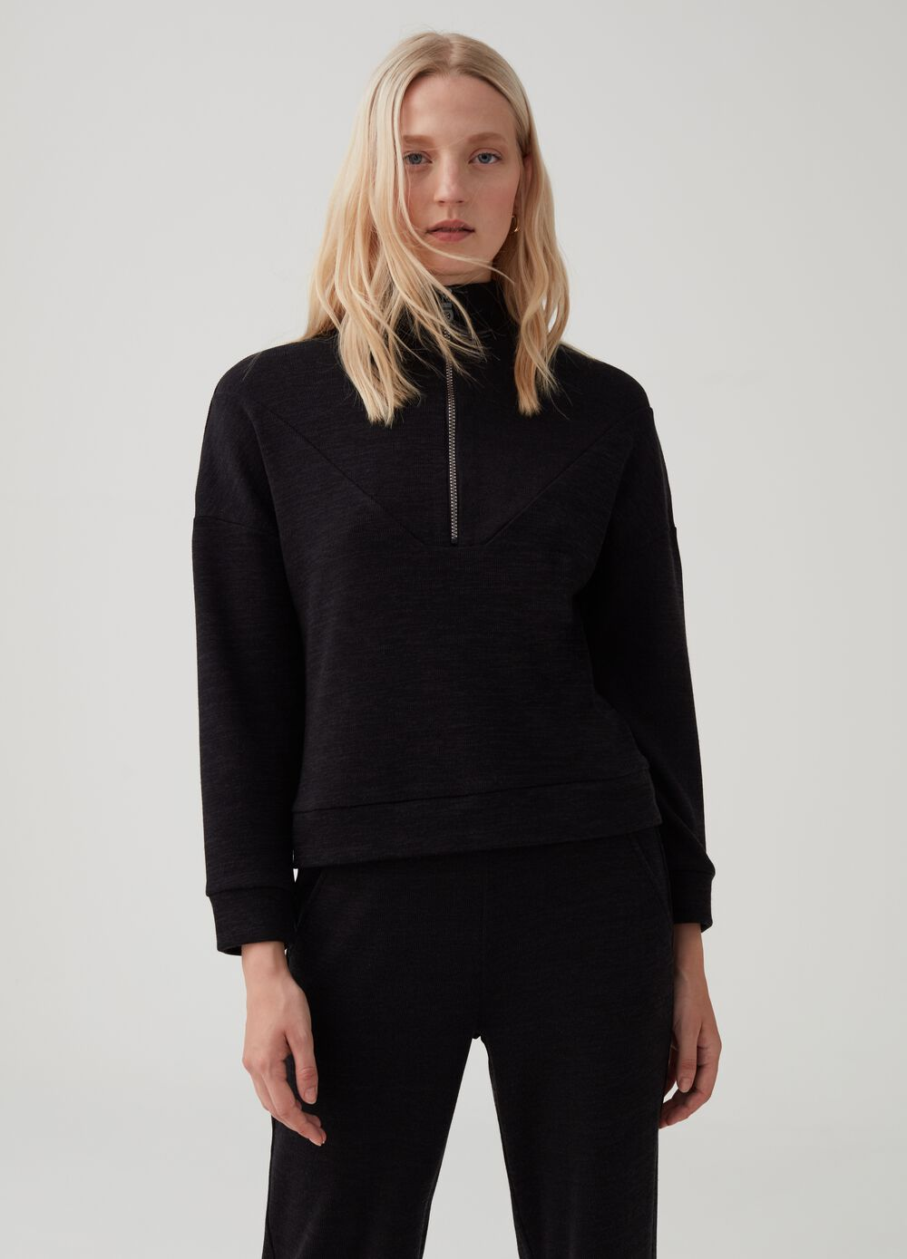 Solid colour stretch sweatshirt with high neck