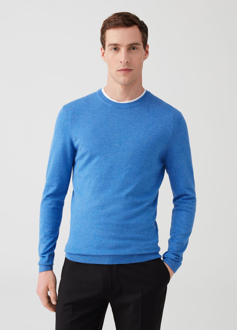 Solid colour pullover with ribbed neck
