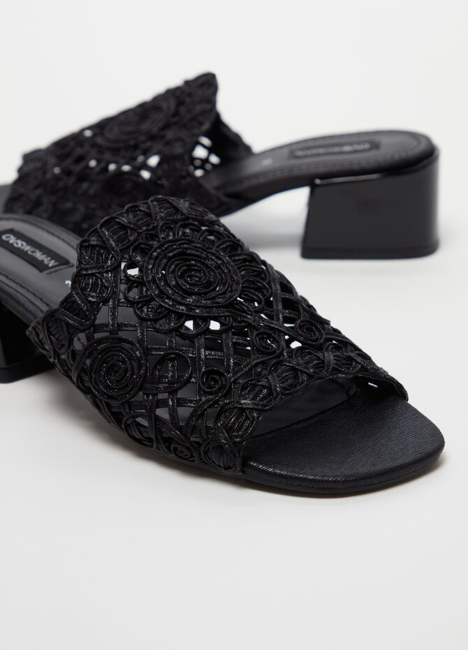 Sandals with flat heel and crochet strap