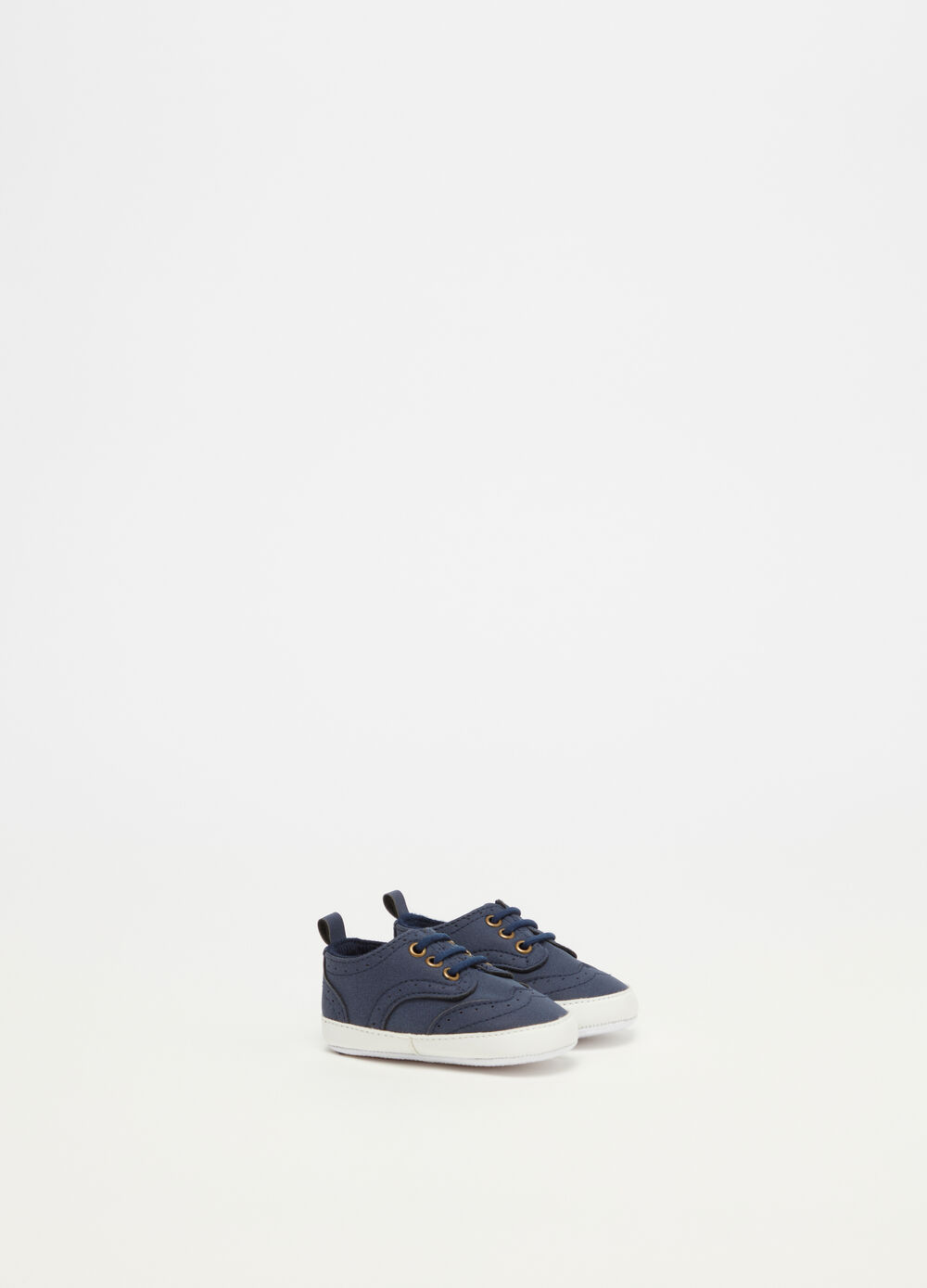 Baby shoes with contrasting stitching
