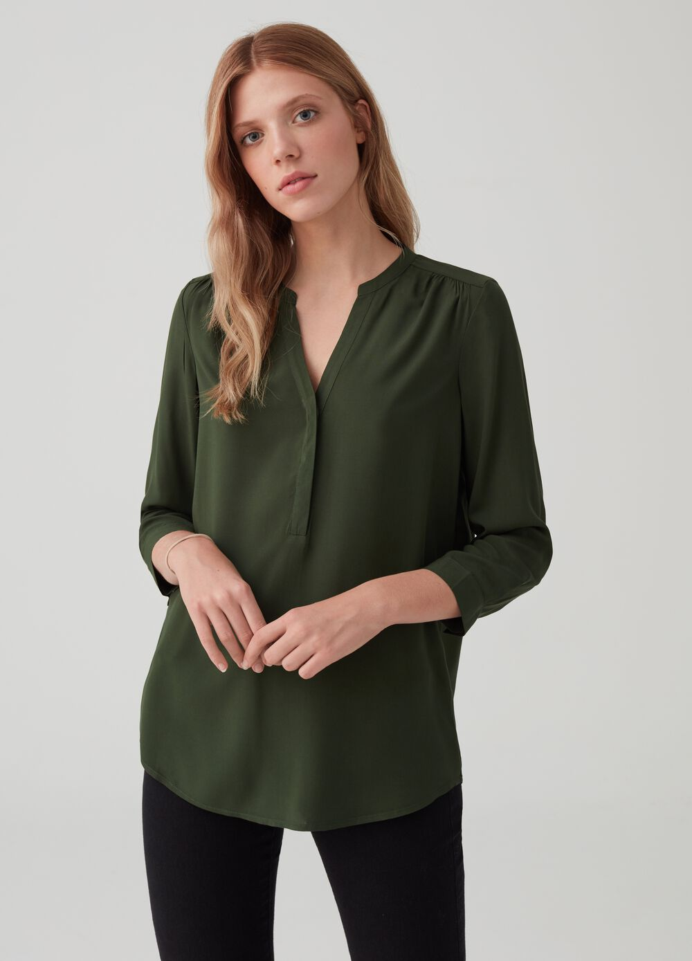 Blouse in 100% viscose with V opening