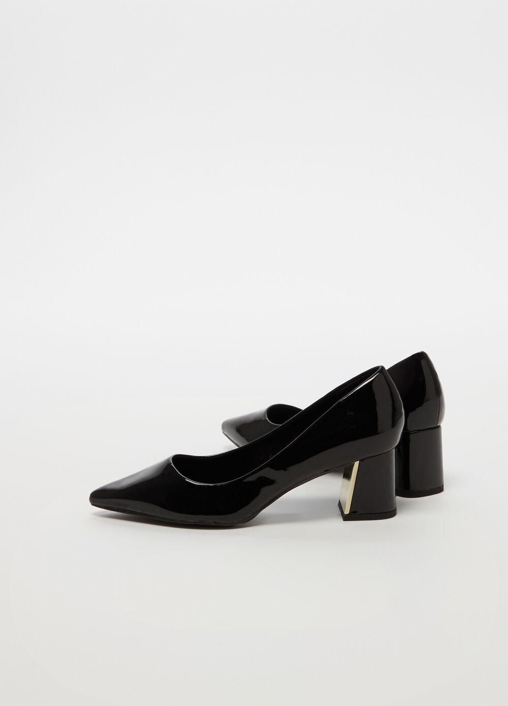Glossy-effect pointed court shoe
