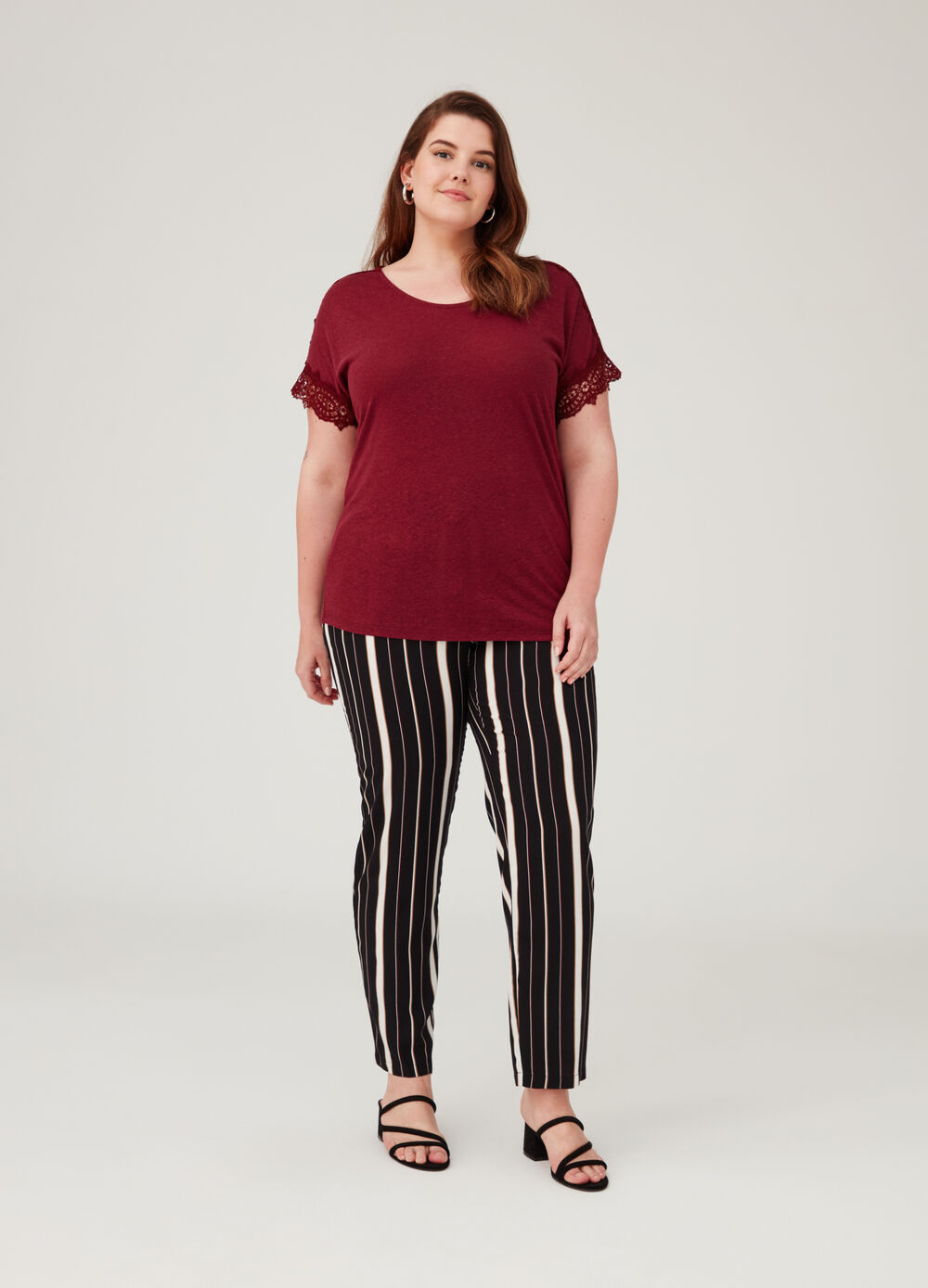 Curvy T-shirt in linen and viscose with lace insert