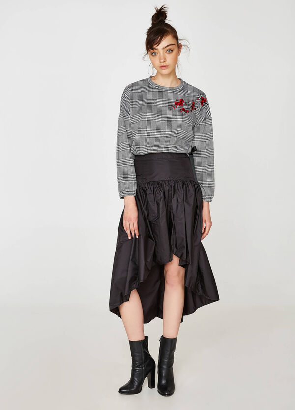 Skirt with asymmetric hem