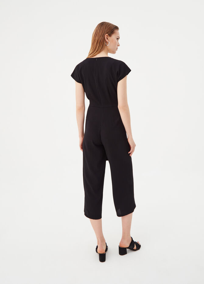Tracksuit with cap sleeves and V neck