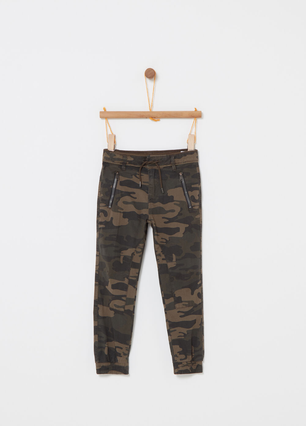 Jogger trousers with camouflage pockets