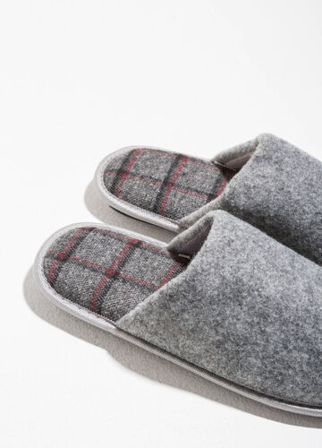 Fabric slippers with tartan inner sole