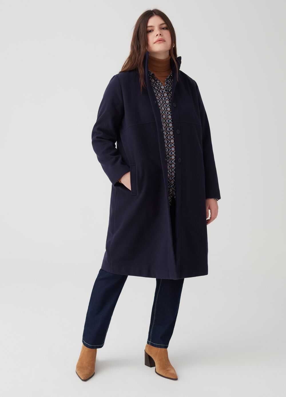 Curvy coat with high neck and buttons