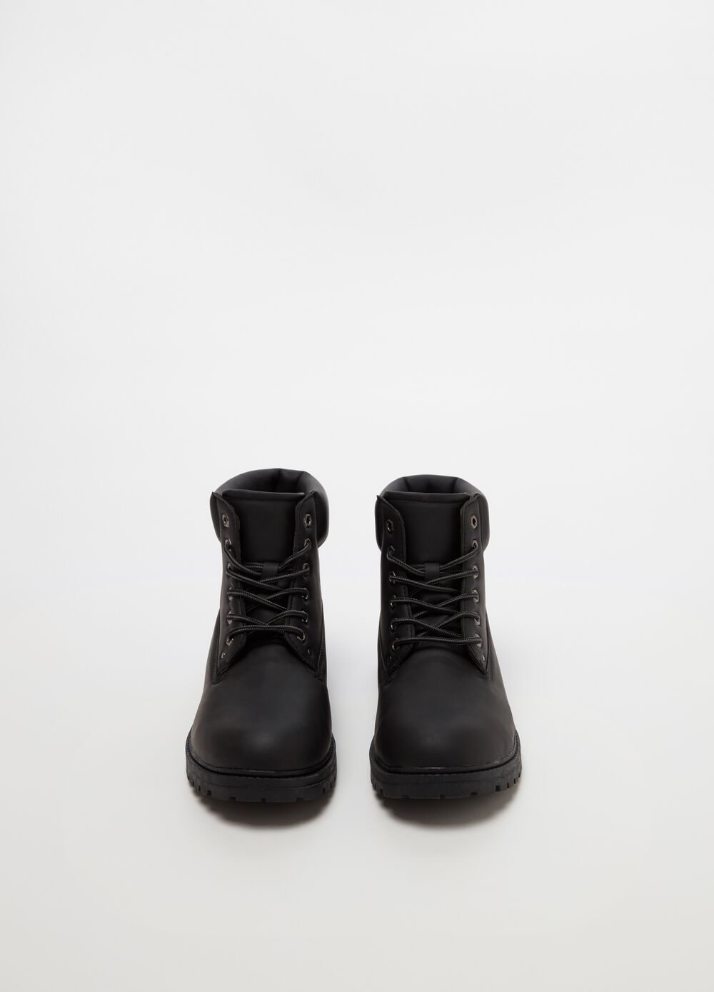 Boots with laces and rubber sole