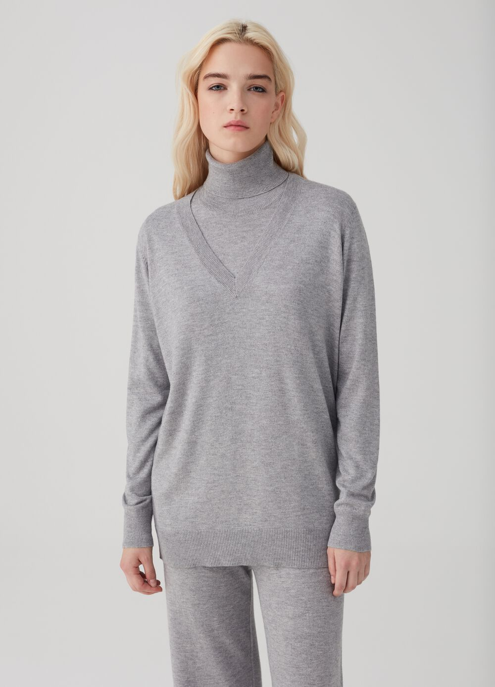Pullover with V-neck and ribbing.
