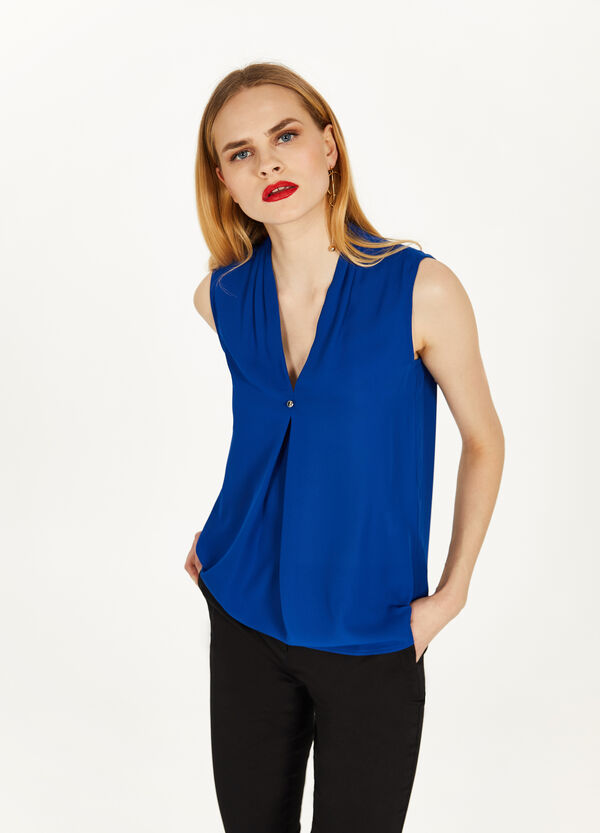 Blouse in pleated crêpe with button
