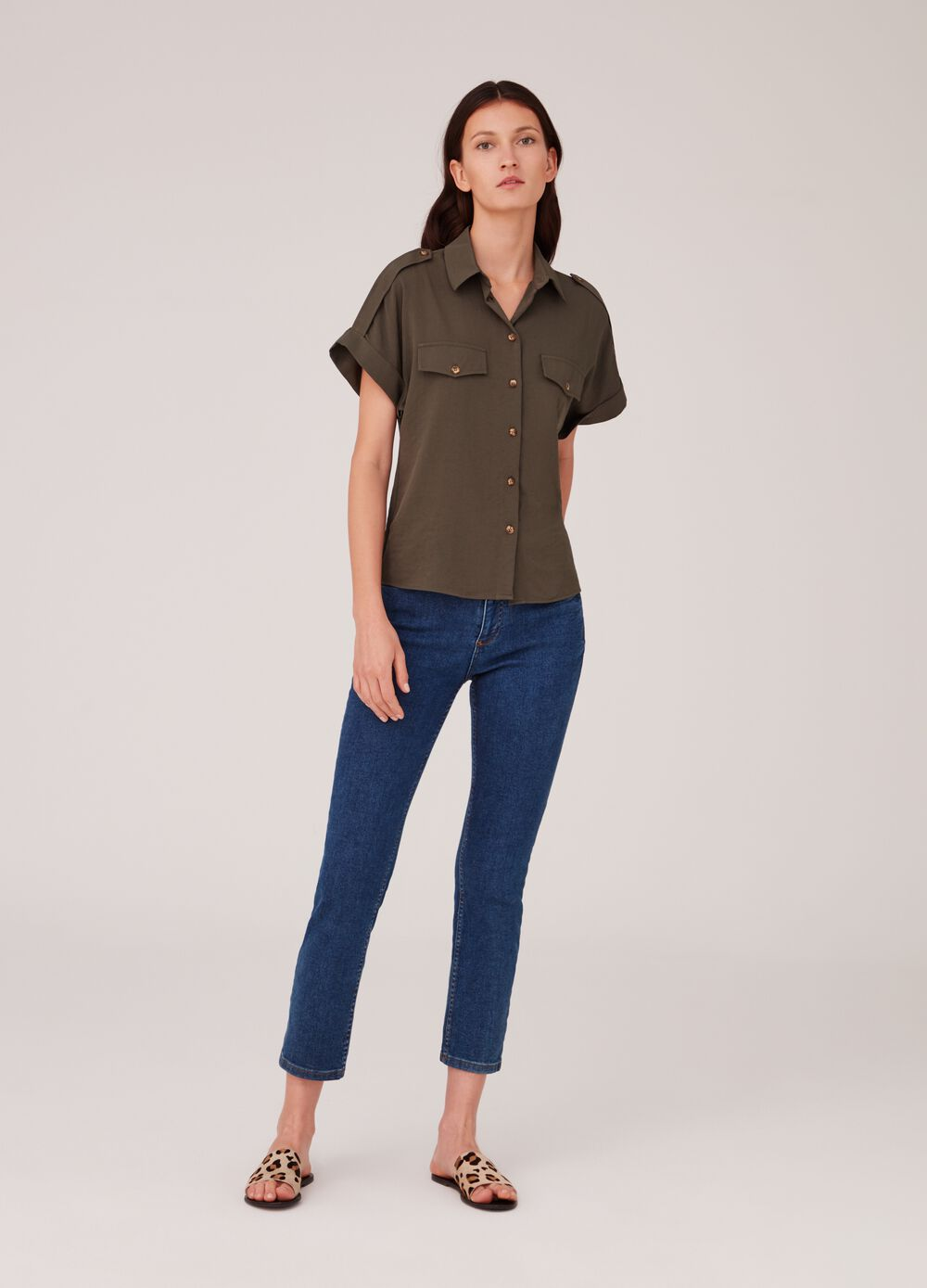 Shirt with short sleeves and false pockets