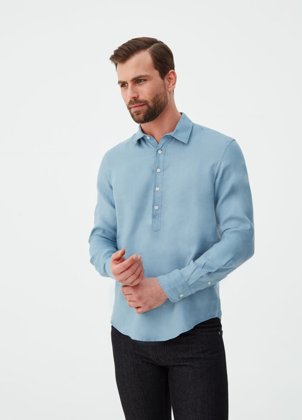 Regular-fit shirt in 100% linen with opening