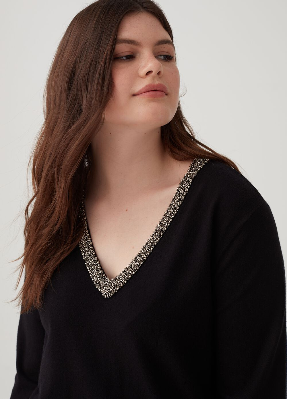 Curvy knitted top with V-neck and beads