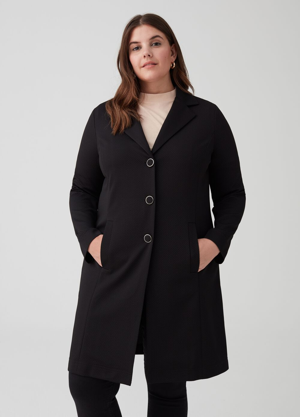 Curvy coat with lapels and pockets