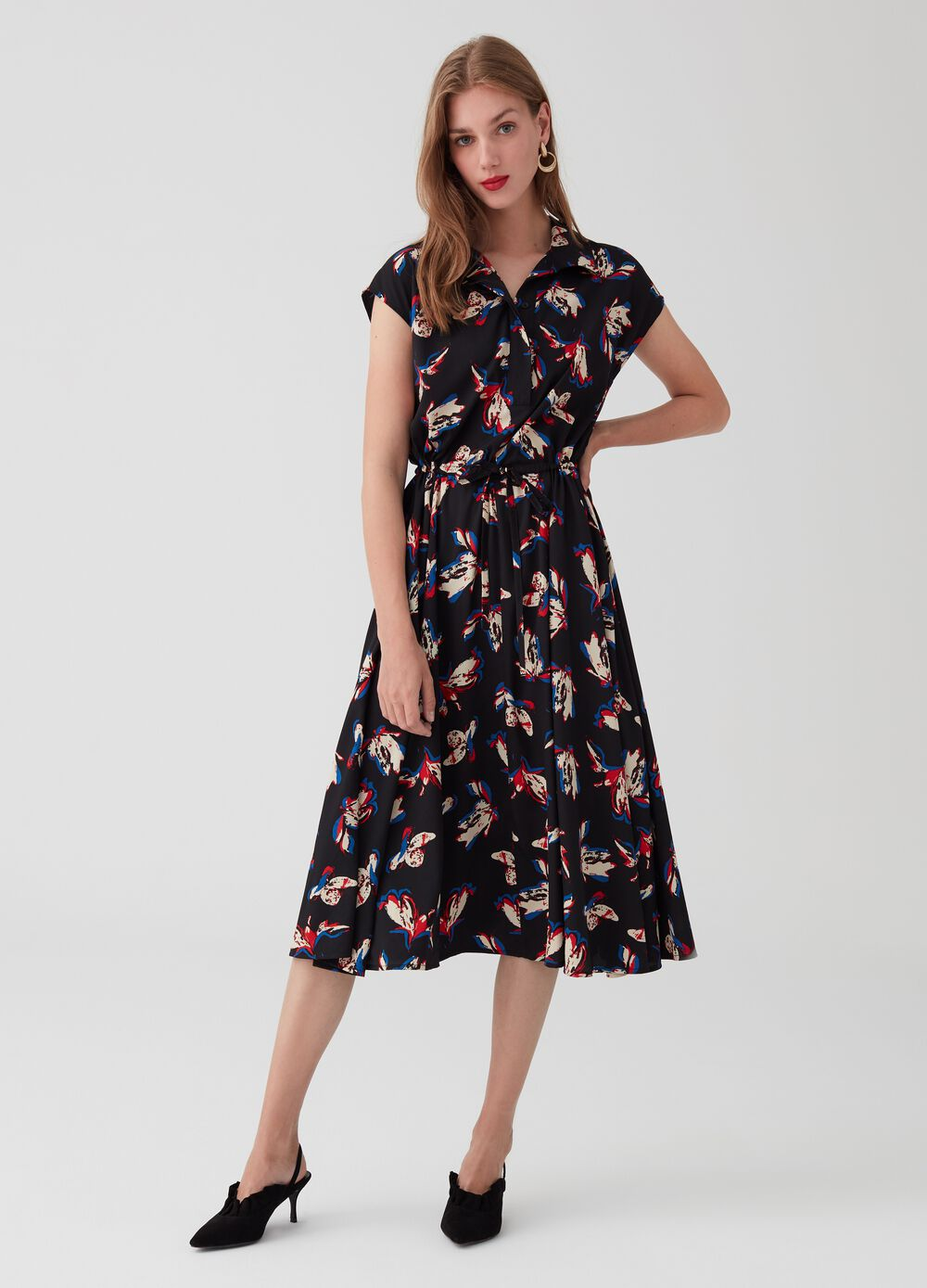 Dress with collar, short sleeves and drawstring