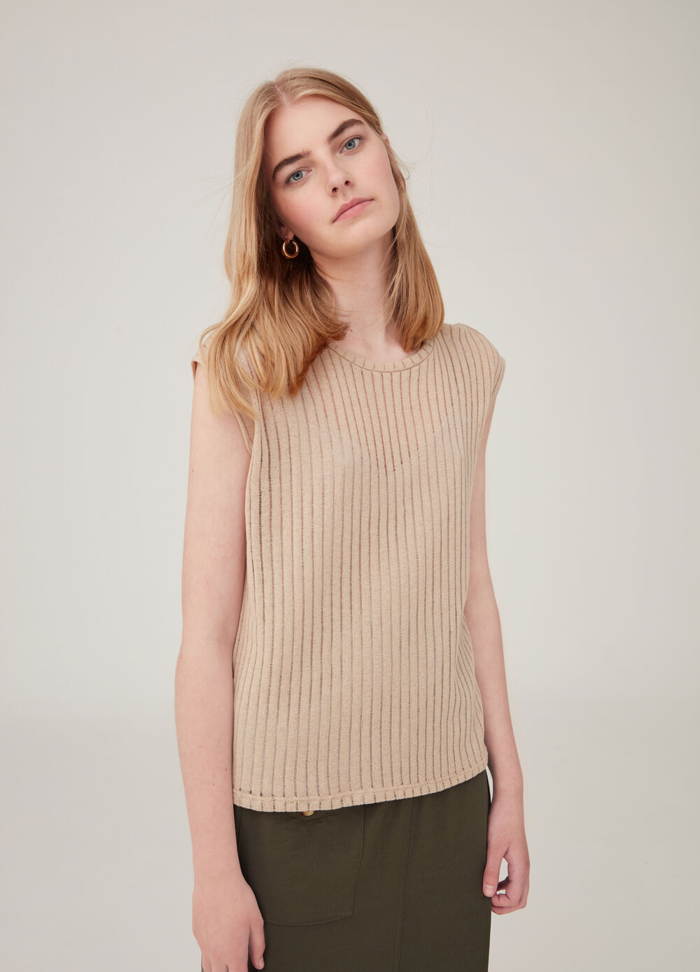 Solid colour top with openwork weave.