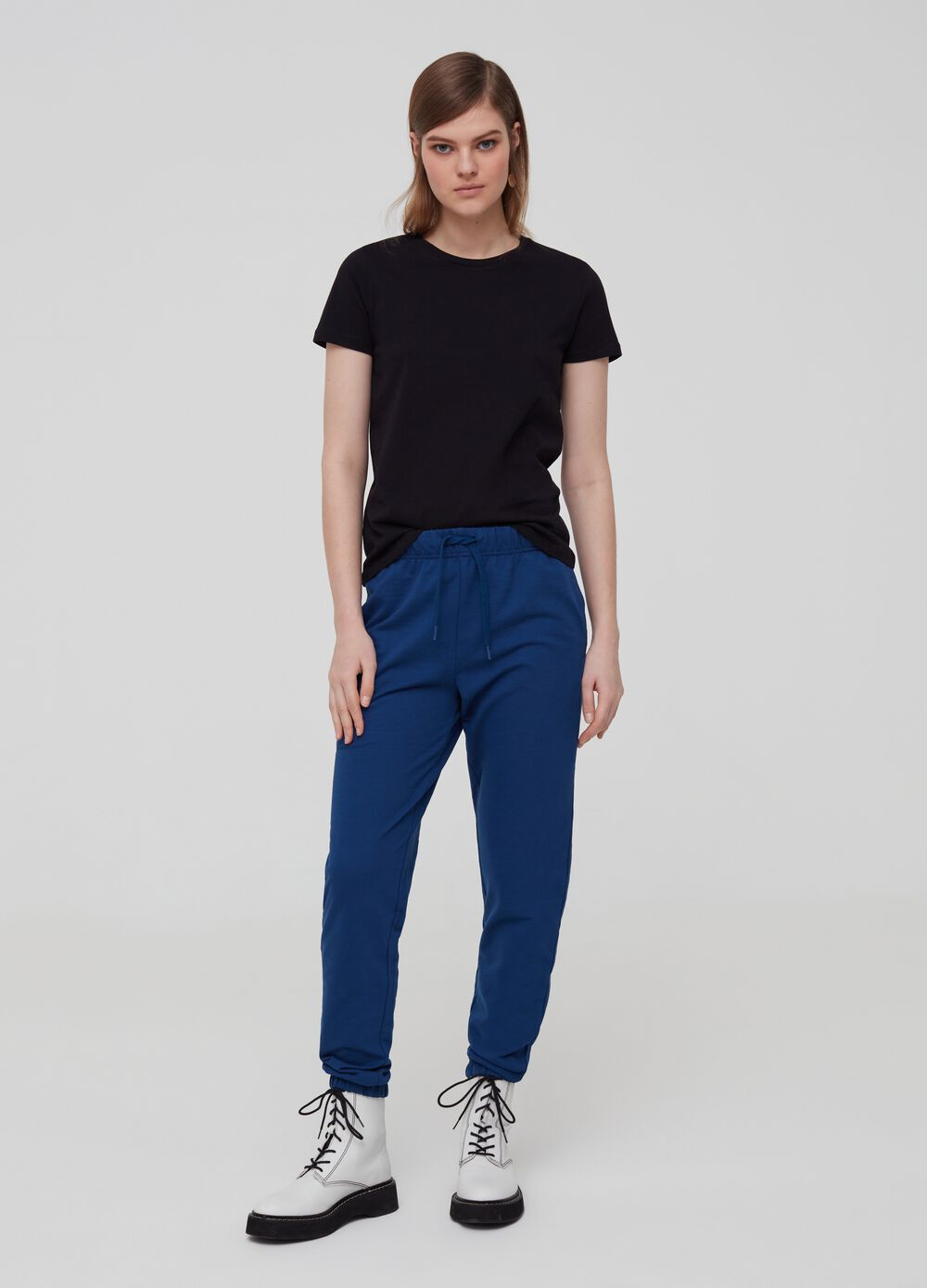 Trousers with drawstring and pockets