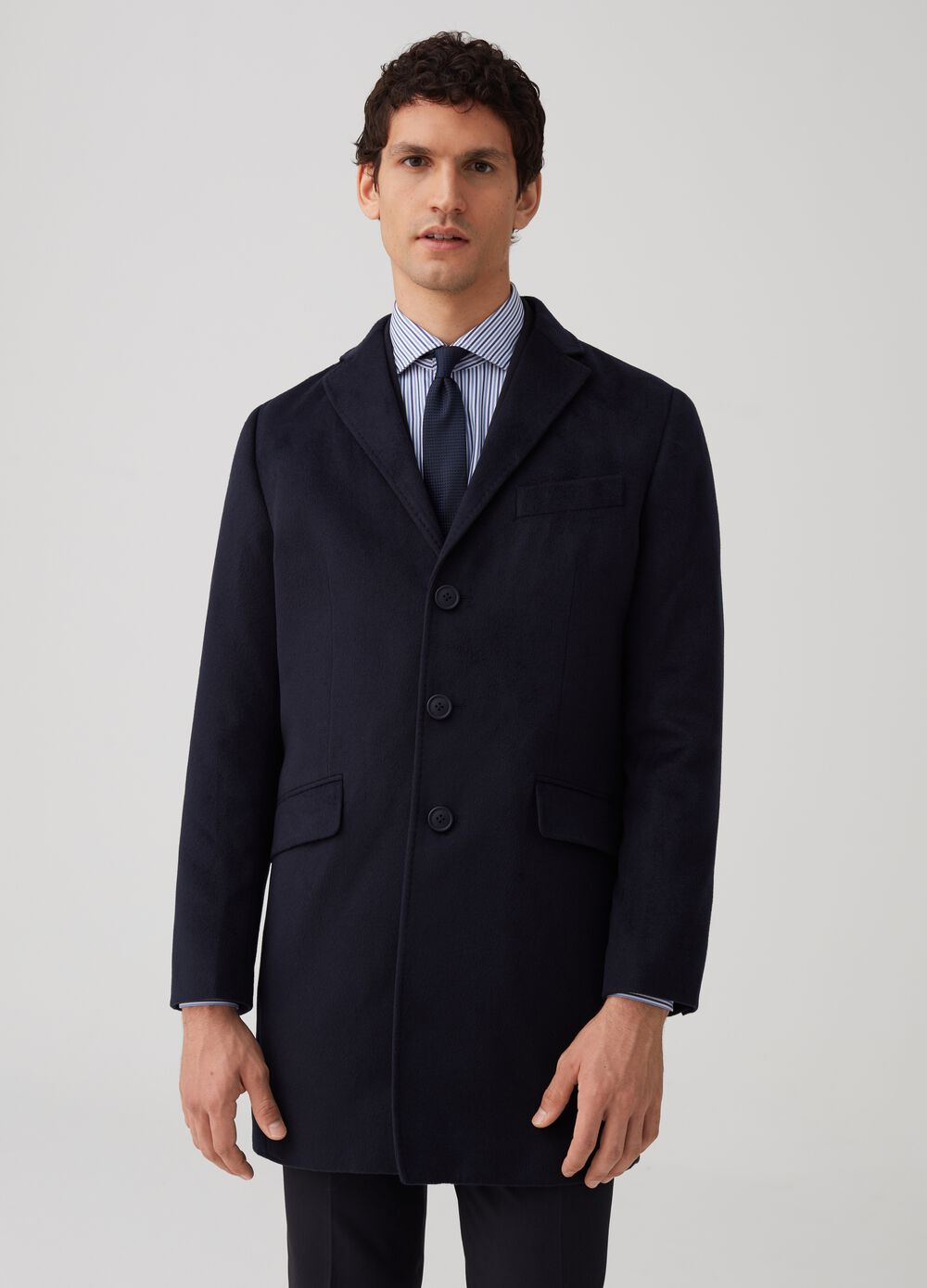 Three-button coat with jacket neck