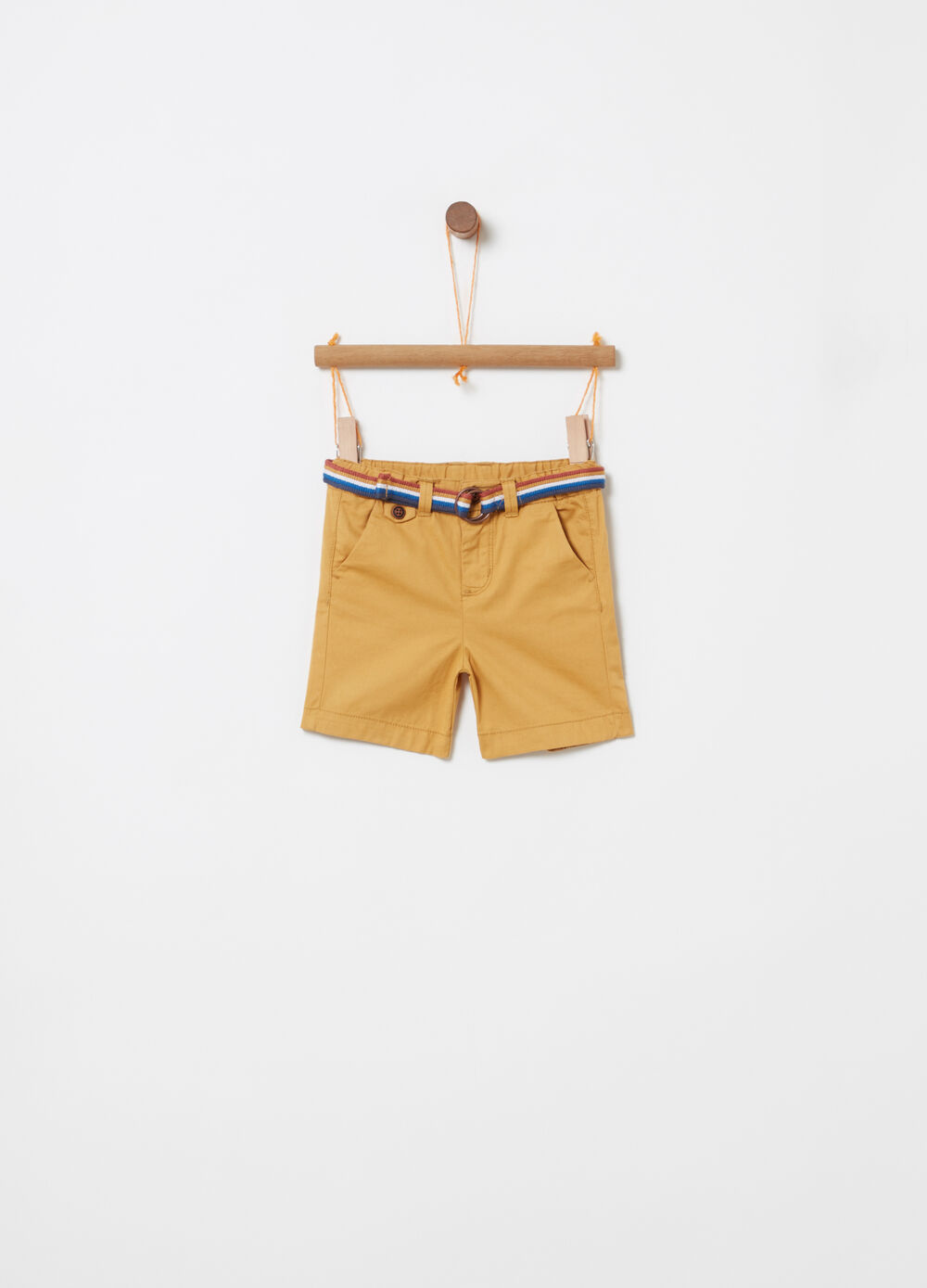 Bermuda shorts with pockets and multicoloured belt