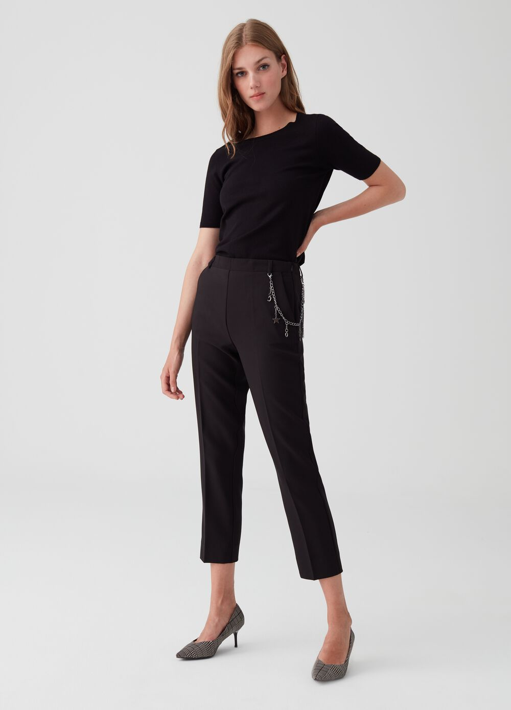 Stretch capri pants with pockets and chain at waist