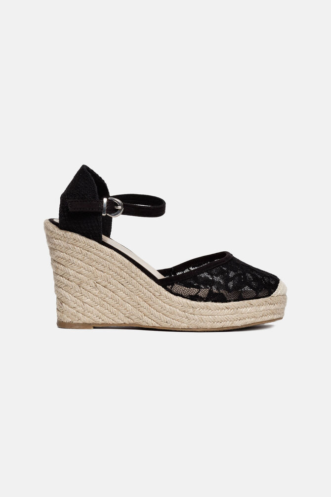 Sandals with lacework upper