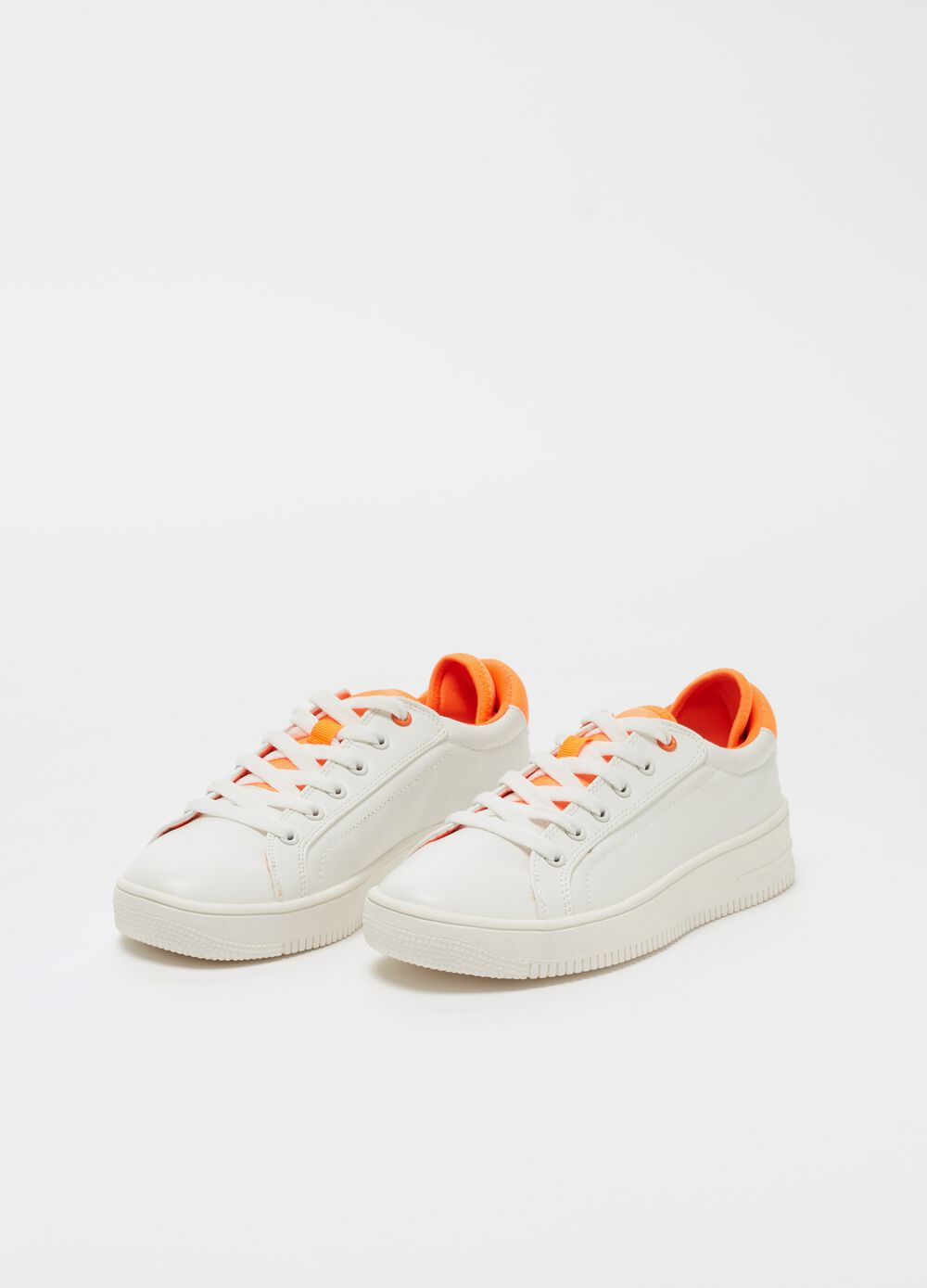 Sneakers with with sole with contrasting back