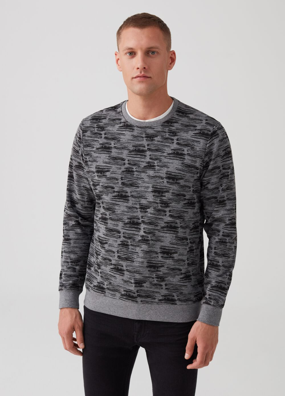 Sweatshirt with round neck and abstract print