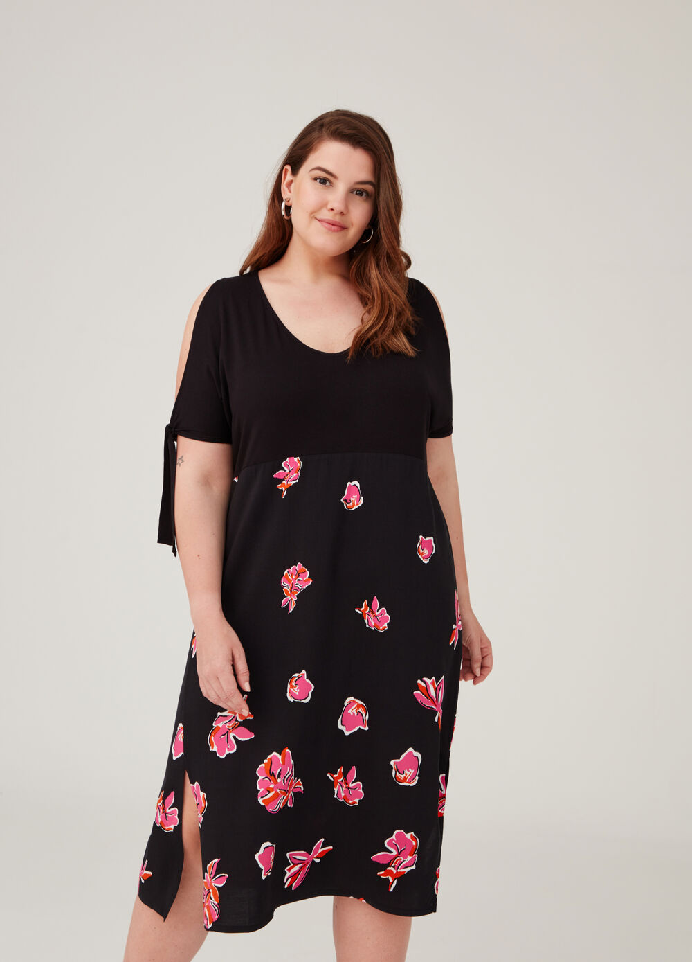 Curvy dress with opening on the shoulders