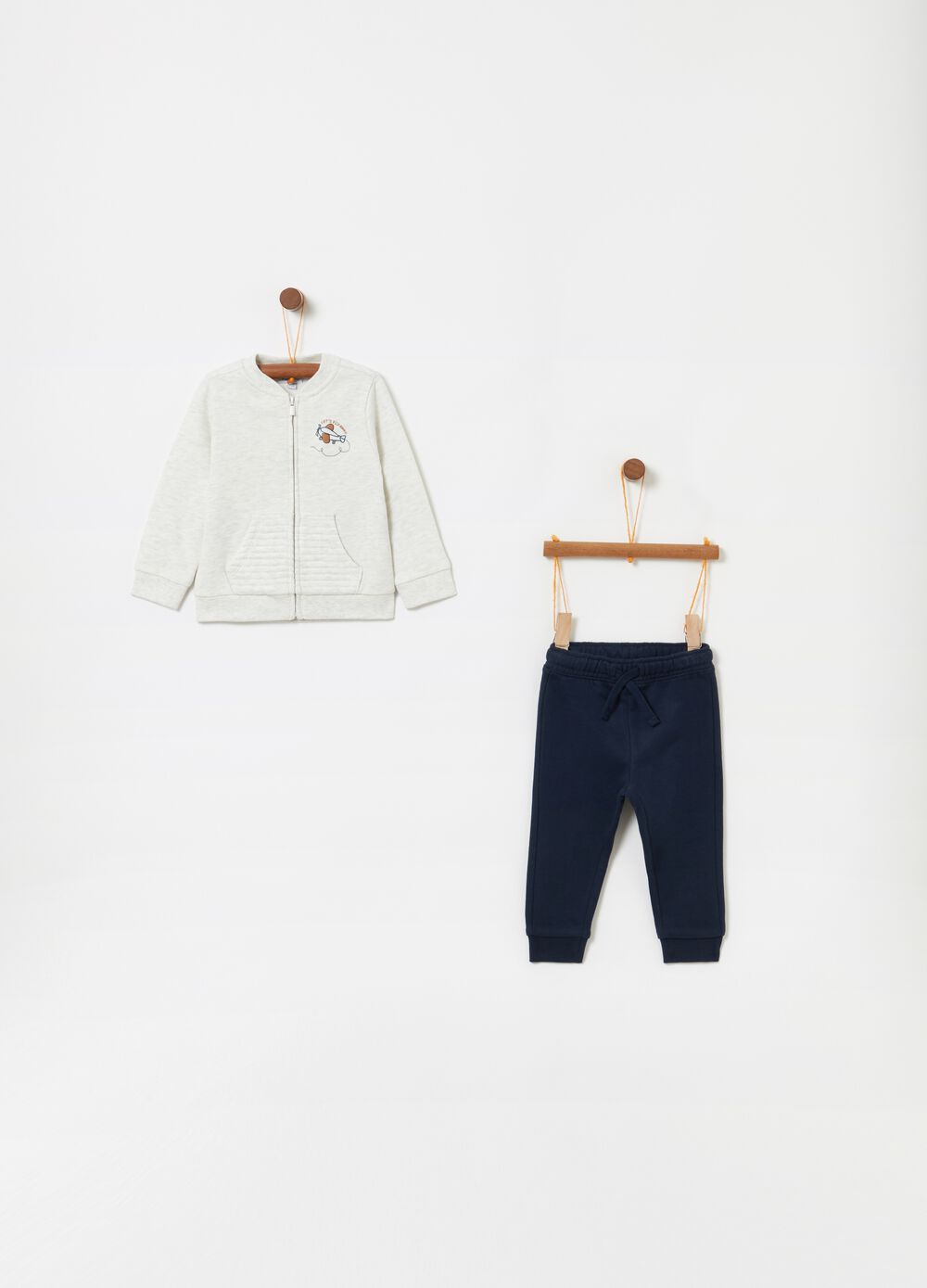 Jogging set consisting of top and trousers with quilted pocket