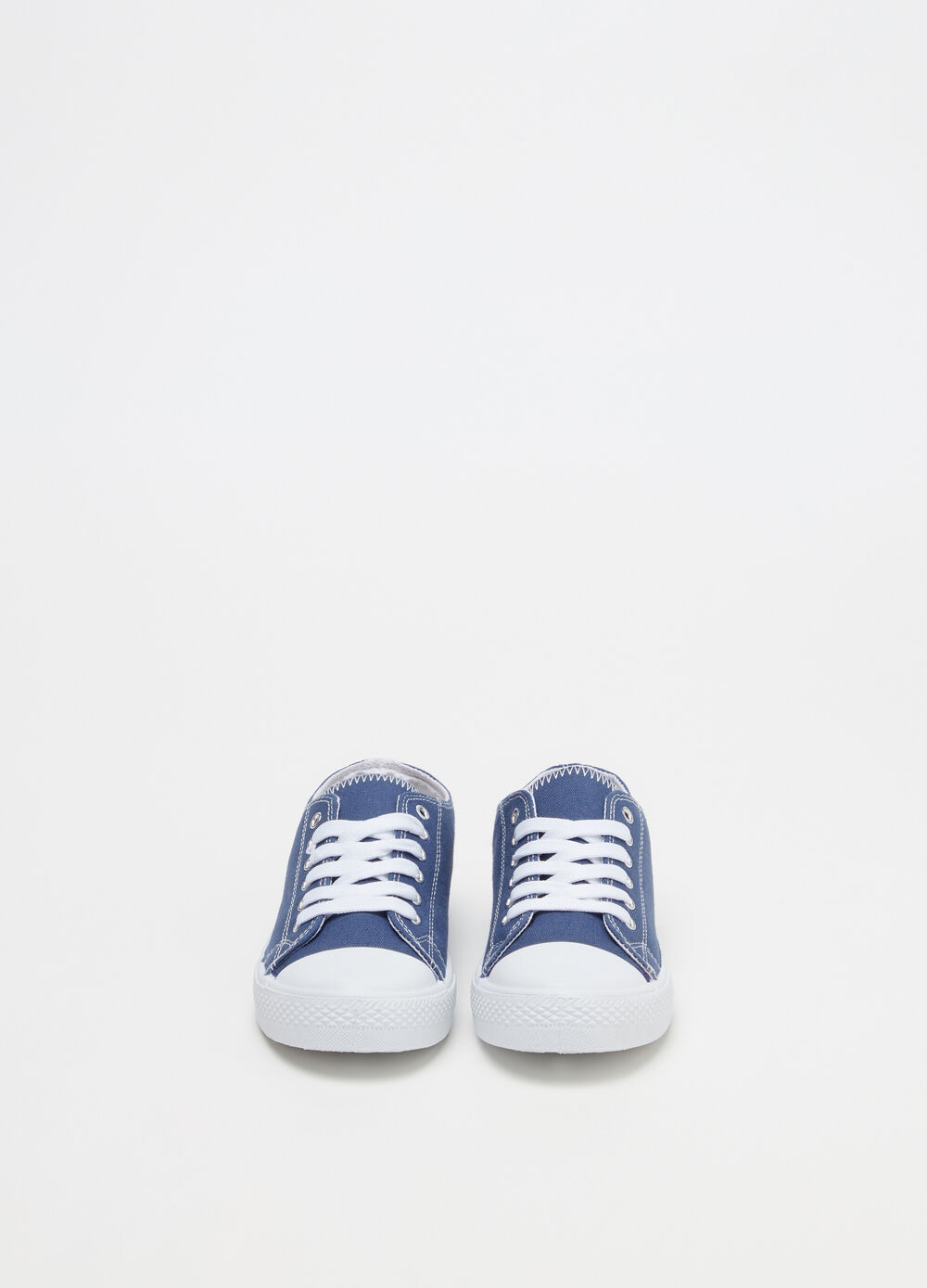 Solid colour sneakers with contrasting laces
