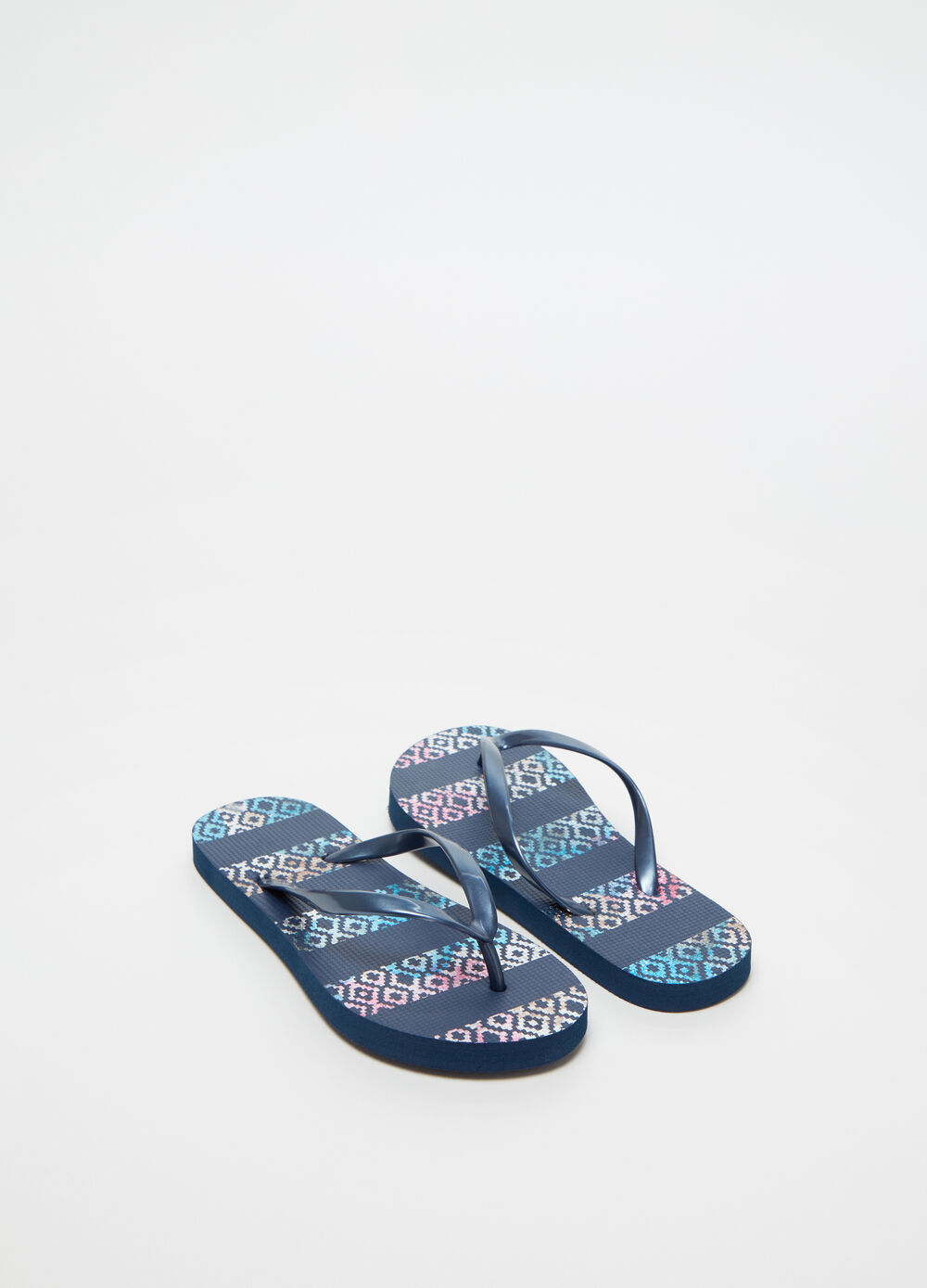Thong sandals with geometric patterned sole and flat heel