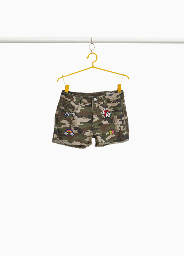 Shorts di jeans camouflage con patch