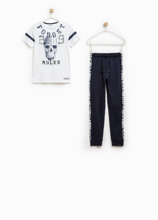 T-shirt and joggers outfit