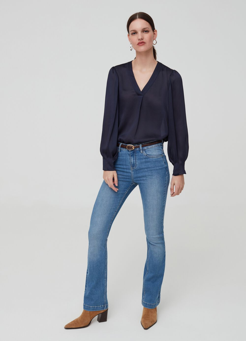 Solid colour shirt with V neck