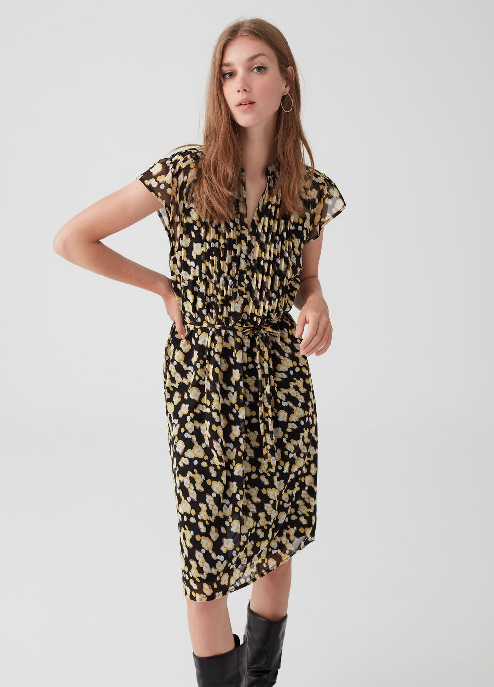 Patterned pleated dress with belt at the waist