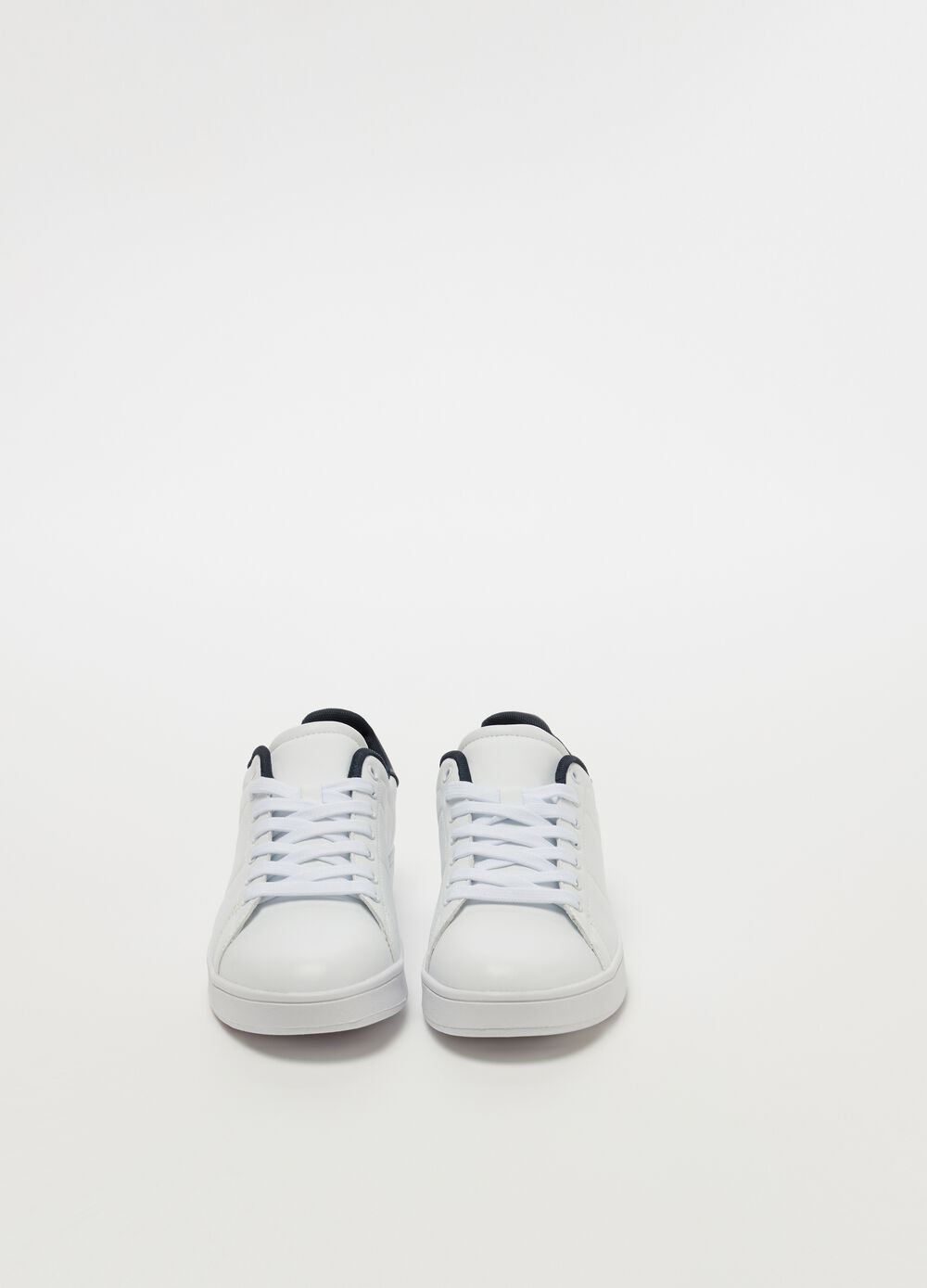 Sneakers with low sole and laces