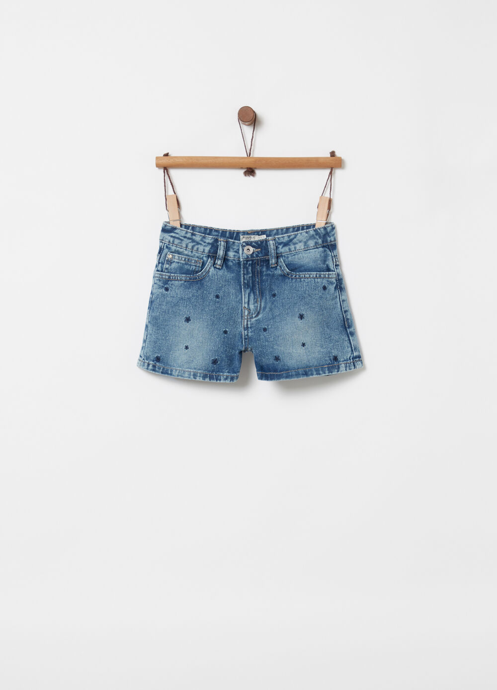 Shorts in denim delavato con ricami stelle
